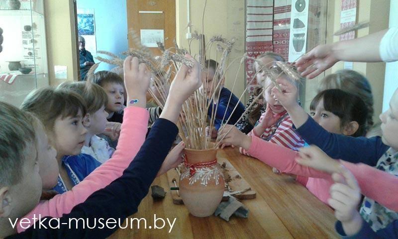 Вучні Веткаўскай гімназіі кранаюць рукмі каласкі жыта