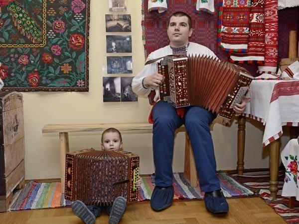 Віктар Шыпкоў з сынам у філіяле Веткаўскага музея